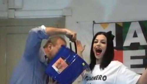 Ecco il Video Di Sara Tommasi Bagnata Da Vauro Urla Viva La Topa